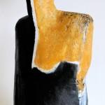 Figur schwarzgelb, mineralischer Werkstoff